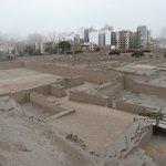Las ruinas y la ciudad de Miraflores