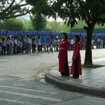 参列のための長い行列(アオザイ着た女性は警備の人)