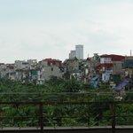 ロンビエン駅側から右側の住宅街(左と右の相互の写真を見比べると分ると思うが貧富の差を感じる光景)