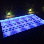 Der Pool aus dem Hotelzimmer bei Nacht