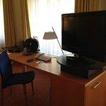 Zimmer, Schreibtisch m it Kaffeemaschine + TV