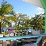 vue depuis la terrasse sur la plage de sable noir face aux Saintes