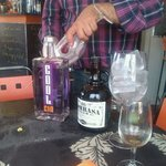 Antonio en plena preparación de Gin Tonic