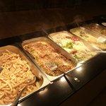 Autre vue du buffet (frites, porc tous les jours)
