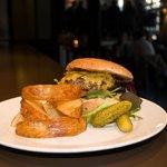 Hjemmelaget burger med potetbåter på Grensen Burger-Bar