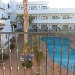 patio interior con piscinas desde la habitación del piso 2º