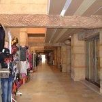 le couloir reliant les hotels