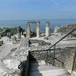 les ruines dominent le lac