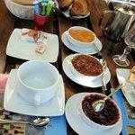 le petit déjeuner avec confitures maison