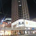 Вид отеля через дорогу