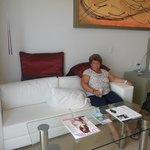 Descansando en el estar de la habitacion