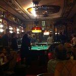Una mesa de pool que le da un perfil más recreativo al bar