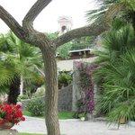 Рядо с отелем очаровательная старая церковь-вон её розовая колоколенка виднеется