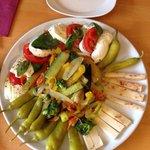 Antipasto alla Bellini / vegetarische Version mit Büffelmozzarella, Pecorino und  warmem Gemüse