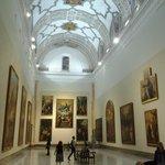 La sala V se encuentra en la antigua iglesia y es impresionante.