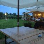 Widok na teren wokół ogródka restauracyjnego