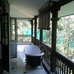 une jolie baignoire sur le balcon
