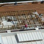 Bauarbeiten an einem Podest neben dem Swimmingpool