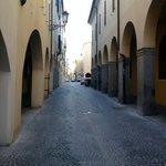 Vista sulla via C. Battisti davanti all'ingresso