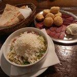 fantastico piatto di salumi e formaggio, pane 'lepinja' e insalata shopska
