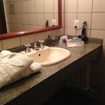 Roupão e secador no banheiro