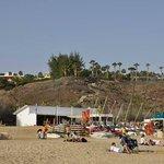Spiaggia (libera) con ristorante non dell'Hotel.