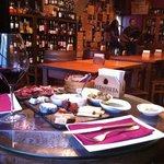 Assiette de fromages portugais, patta negra et verre de Douro...