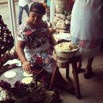 Personal con vestimenta regional haciendo tortillas de manera artesanal