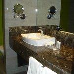 Belle salle de bains bien équipée