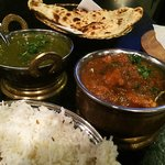 Classic fresh saag and chicken curry with real tandoori naans