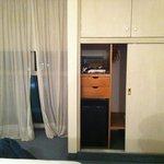 Habitacion con cortinas y muebles con demasiado uso