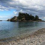 вид на остров Изола Белла с пляжа