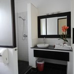 Salle de bains au 1er coup d'oeil simple mais correcte mais quand on découvre la douche..décepti
