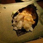 Temaki de tempura de langostino tigre con salsa cremosa picante