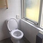toilet voor het venster zonder mogelijkheid dit 's avonds dicht te doen