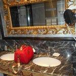 salle de bain toute en marbre