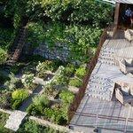 Terrasse piscine et jardin potager
