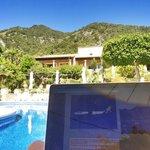 Blick über den Pool zu den Zimmern mit eigener Terrasse
