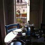 Colazione in cucina, al tavolo, con scorcio sulla città