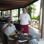 Le serveur et les verres de vin