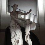 Statue dans l'escalier menant au B&B