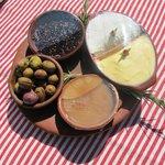 Olives du jardin, jben, confiture de mûre et miel du village...