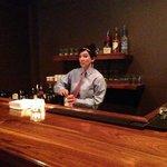 El bar y la mesera, muy amable y servicial
