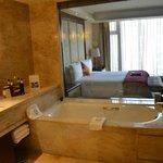 Blick vom Bad zum Schlafzimmer