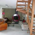 Salon avec cheminée, fauteuils et livres
