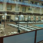 рано утром у бассейна еще есть места