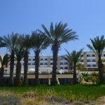 Вид на отель с территории пляжа