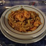 Tallarines con mariscos en el temático Bohio