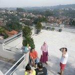 rooftop luas dengan view kota Bandung. Cocok untuk olahraga pagi :D