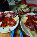 Sizilianischer Tomatansalat mit hausgemachtem Wein zur Begruessung